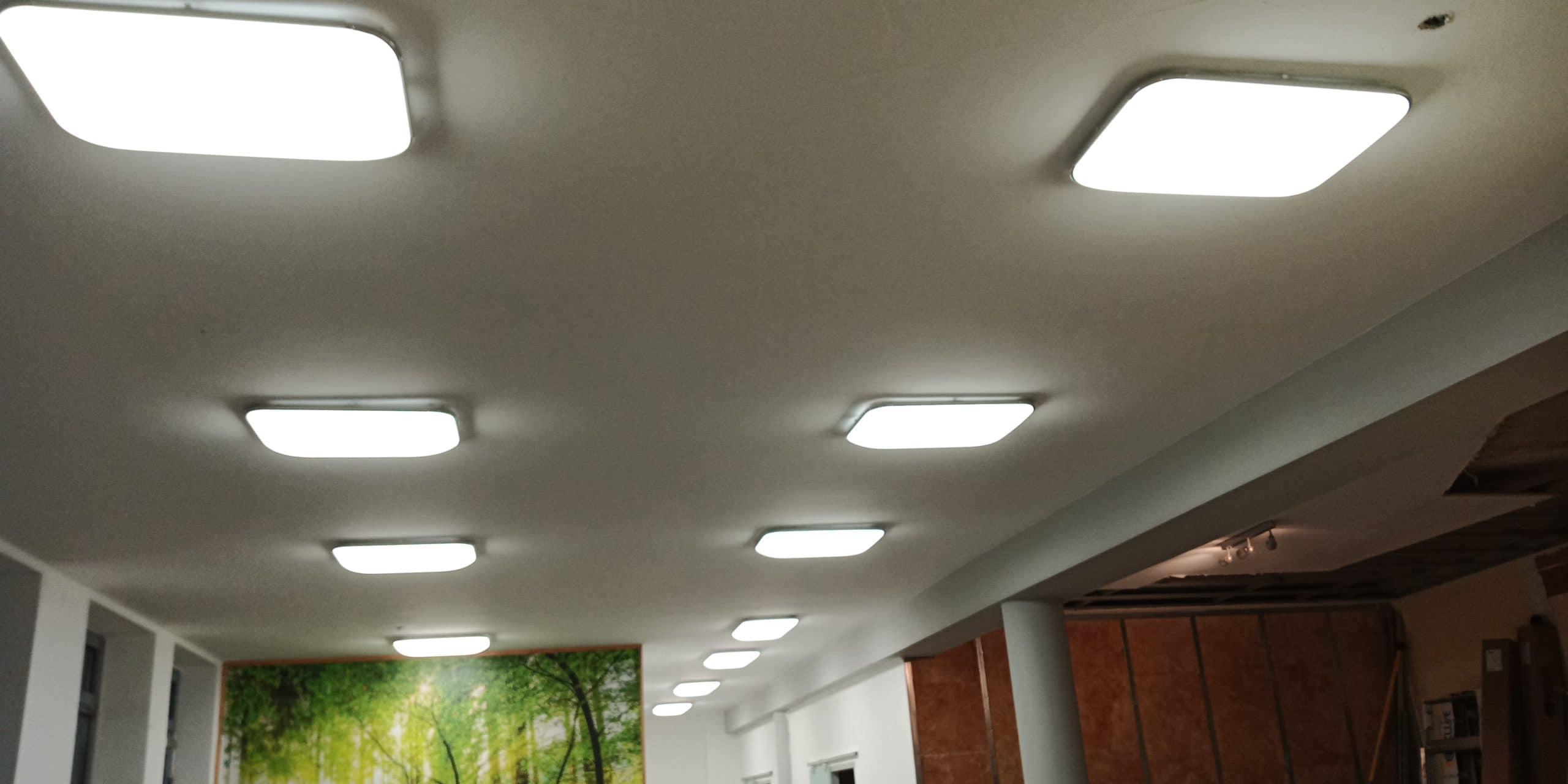 Moderne stromsparende LED-Flächenleuchten in einem Gebäudeflur
